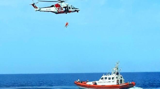 Soccorsi in mare con elicoterro e motovedetta per la Guardia Costiera.
