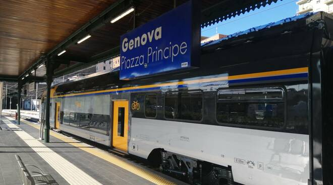 """Treno alla stazione """"Principe"""" di Genova."""