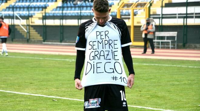 Draghetti del Derthona omaggia Diego Armando Maradona dopo la rete realizzata al Fossano.