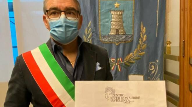 Il sindaco di Recco Carlo Gandolfo per la giornata contro la violenza sulle donne.
