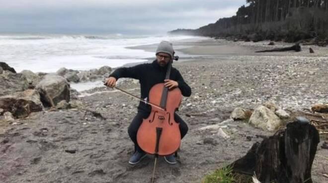 Il violoncellista chiavarese Alessandro Sanguinetti.