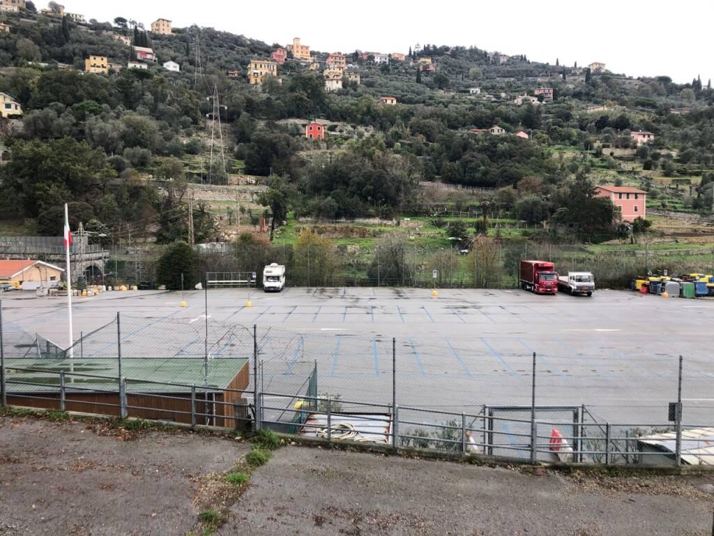 L'area di parcheggio del campo sportivo di Santa Margherita Ligure.