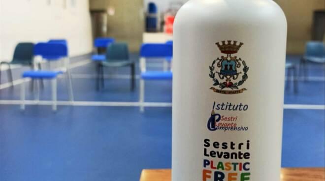 La consegna delle borracce a zero plastica nelle scuole di Sestri Levante.