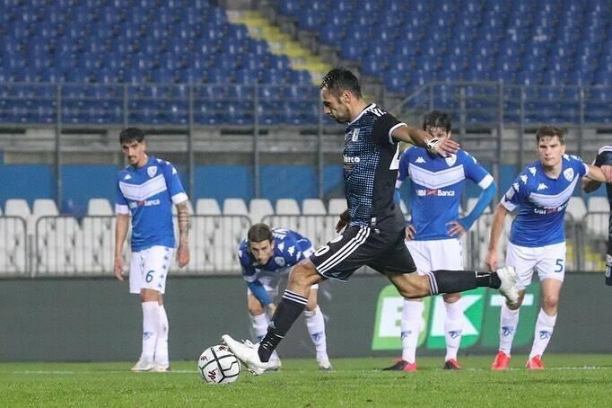 Matteo Mancosu, centravanti della Virtus Entella, realizza un calcio di rigore.