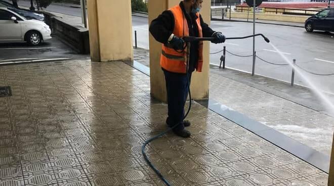 Pulizia delle strade di Rapallo da parte degli operatori di Aprica.