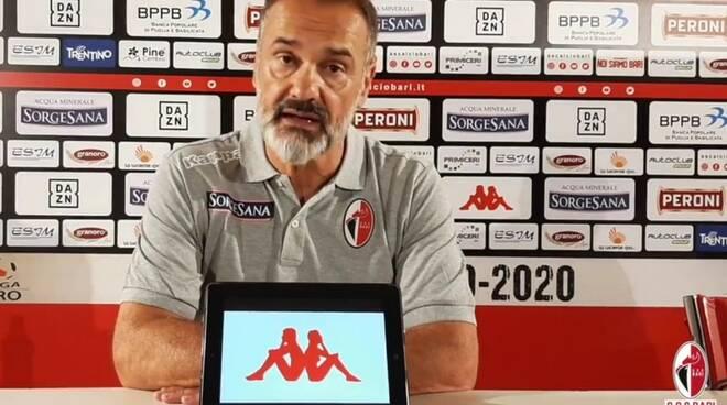 Vincenzo Vivarini, allenatore, qui durante la sua esperienza con il Bari.