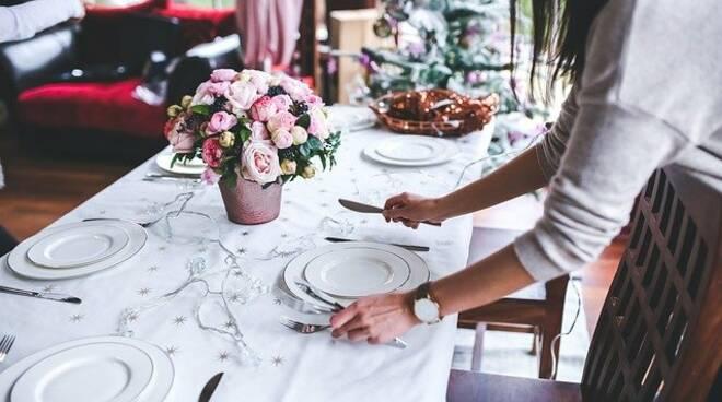 Decorazioni natalizie per la tavola durante le festività di Natale.