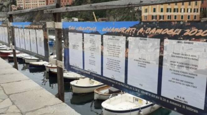 Poesie d'amore affisse sul molo di Camogli.