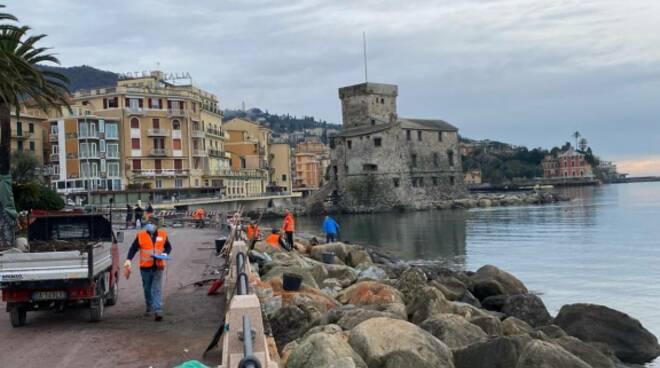 Pulizia della scogliera del lungomare di Rapallo.