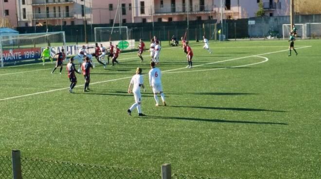 Azioni di gioco tra Sestri Levante e Gozzano.