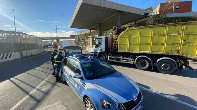 Controlli a tappeto della Polizia Stradale sui mezzi pesanti.