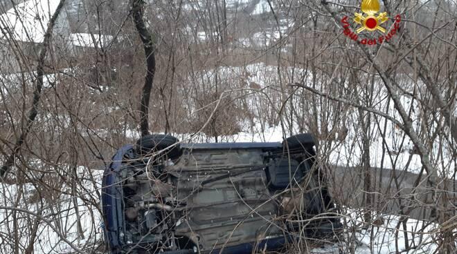 Soccorso dei Vigili del Fuoco a un'auto uscita di strada.