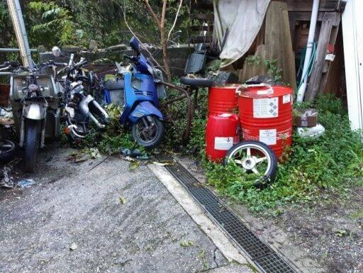 Deposito abusivo a cielo aperto di vecchie moto