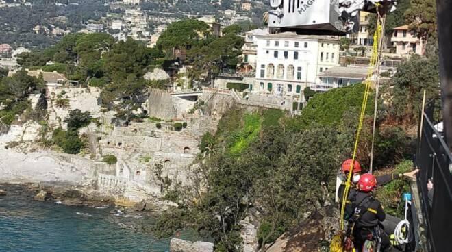 I Vigili del Fuoco posizionano i sensori sulla falesia dopo il crollo del Cimitero di Camogli.