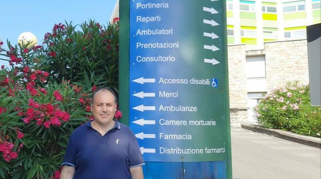 Il Consigliere Regionale Marco Conti davanti all'ospedale di Sestri Levante.