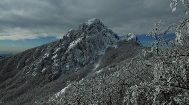 Il Monte Penna imbiancato dalla neve.