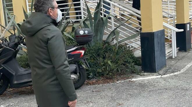 Il Sindaco di Recco Carlo Gandolfo presso il centro vaccinale di Recco.