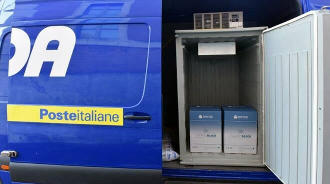La consegna dei vaccini Astra Zeneca a Sestri Levante da parte del corriere SDA di Poste Italiane.