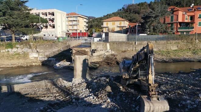 La demolizione del ponte della Pestella a Sestri Levante.