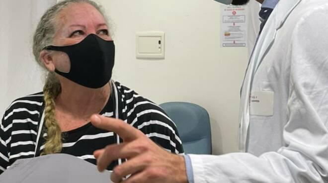 Vax Day all'Ospedale N.S. Montallegro di Rapallo: la prima vaccinata è Maria Teresa Armenta.