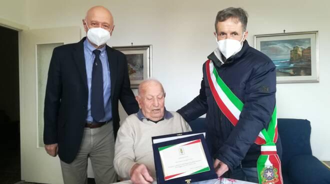 Boitano e Garbarino consegnano targa ad ex partigiano