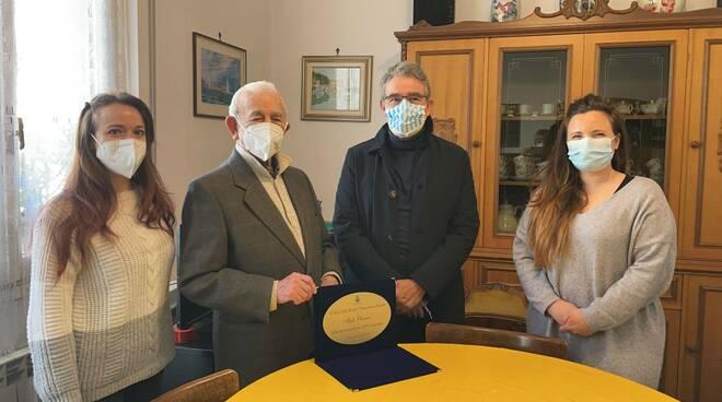 Il centenario Italo Olivieri di Recco e la targa consegnatagli dal sindaco Carlo Gandolfo.