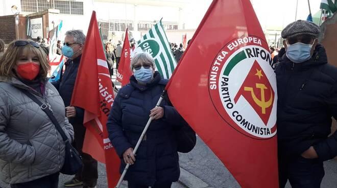 Il Partito Comunista in campo con i lavoratori durante lo sciopero contro Amazon.