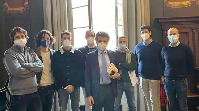 Il sindaco di Rapallo Carlo Bagnasco insieme ai giovani di Rapallo per discutere di sport.