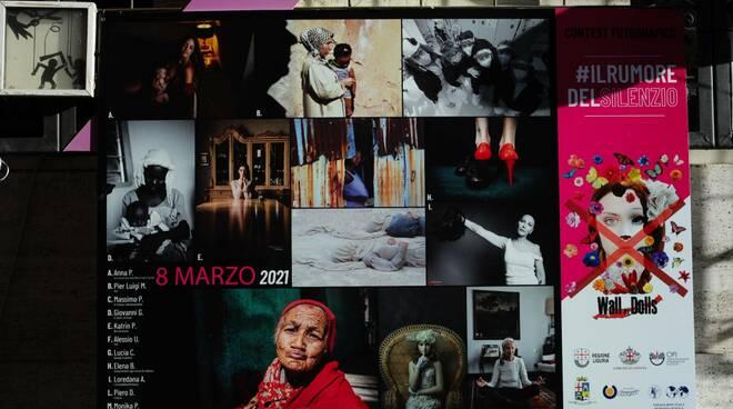 """Le foto vincitrici del contest """"Il Rumore del Silezio"""" esposte in piazza De Ferrari."""