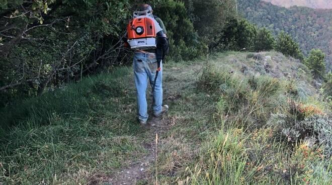 Pulizia e mappatura dei sentieri di Recco tramite paline da parte dei volontari.
