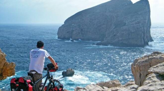 Stefano Cucca e la sua bicicletta durante il Giro del Mondo su due ruote.