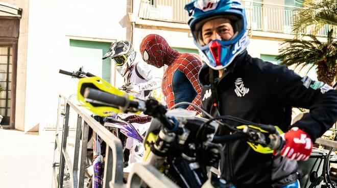 Vanni Pinin Oddera traverstito da Spiderman per fare visita, dall'esterno, ai piccoli pazienti del Gaslini.