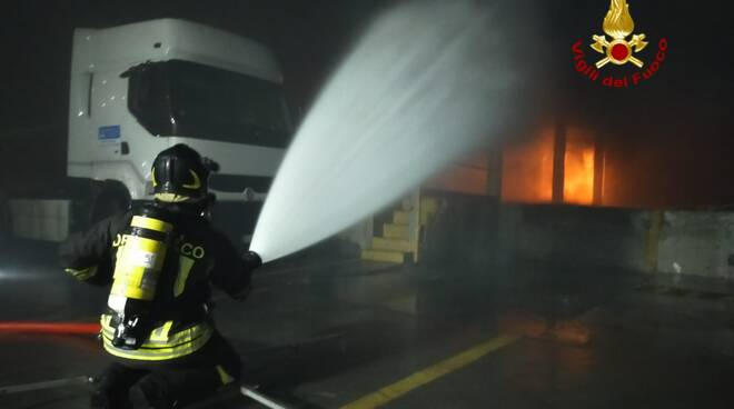 Vigili del Fuoco impegnati nello spegnimento di un capannone a Bolzaneto.