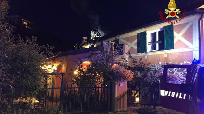 brucia tetto di una casa