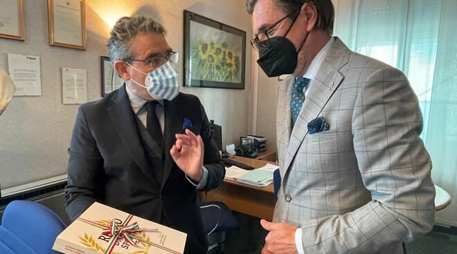 Il sindaco di Recco riceve una targa dal console ungherese
