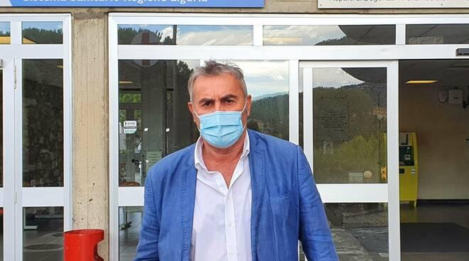Muzio davanti all'ospedale di Sestri