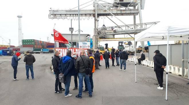 lavoratori terminal rinfuse in sciopero