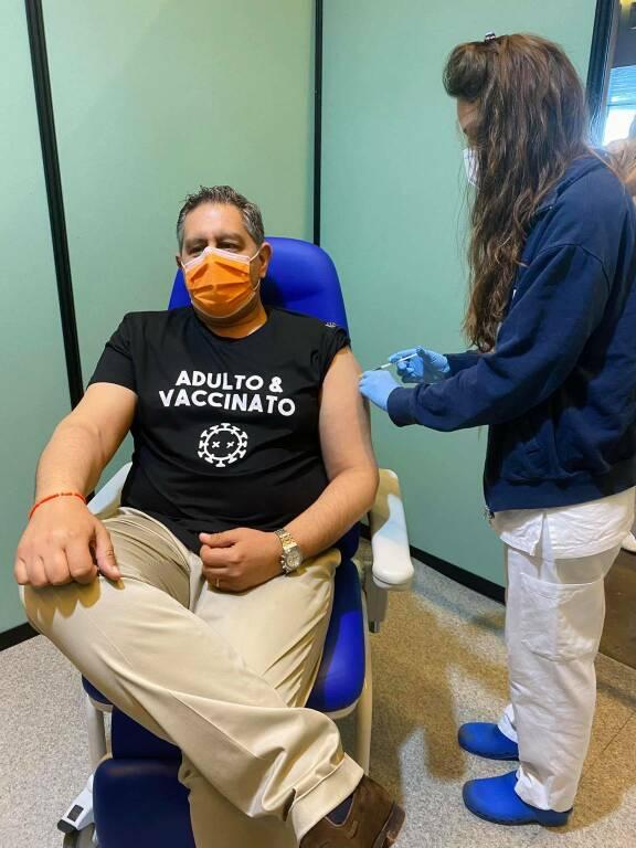 Toti si sottopone al vaccino