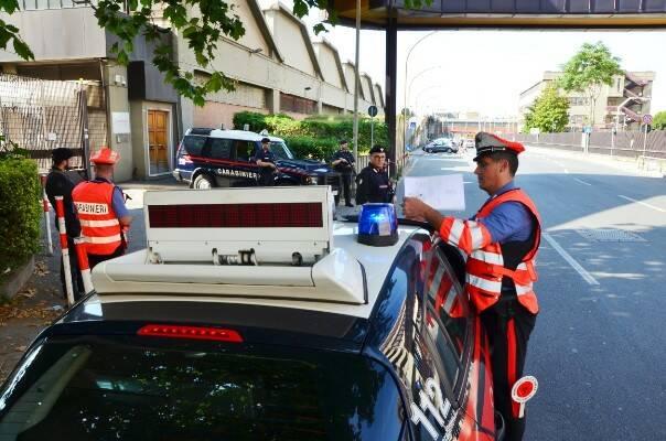 aggredisce i carabinieri