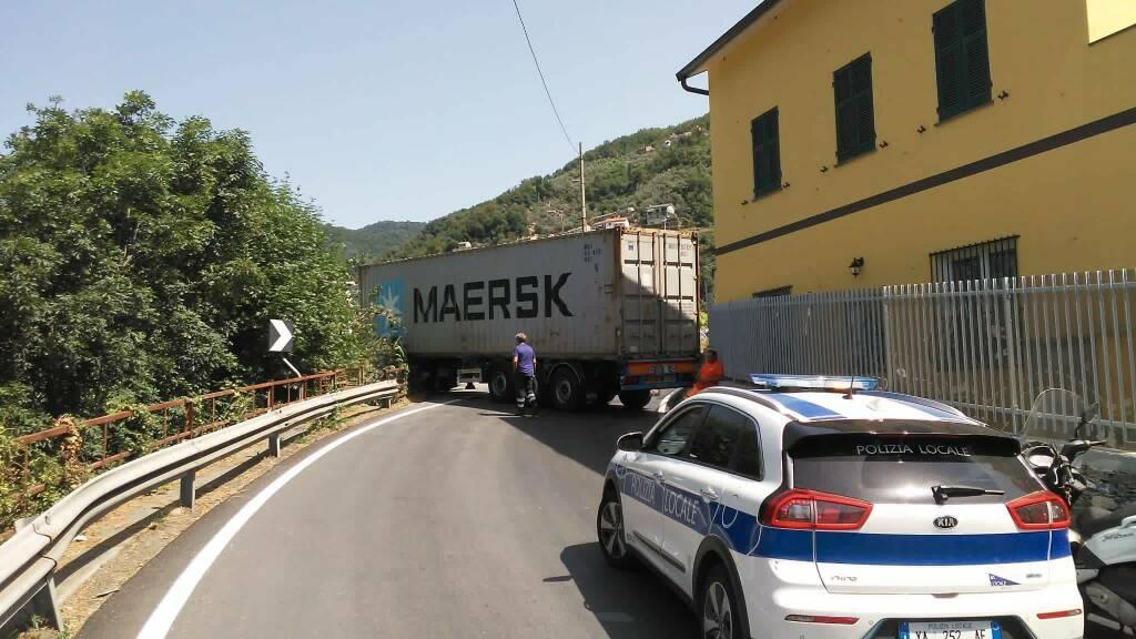 camion incastrato sulla SP333