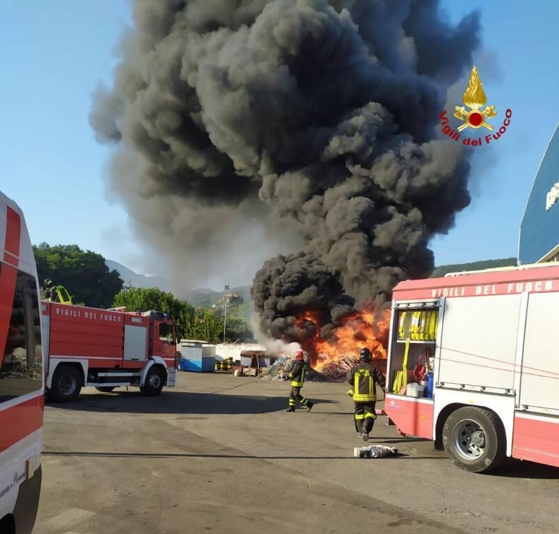Chiavari incendio scarti lavorazione