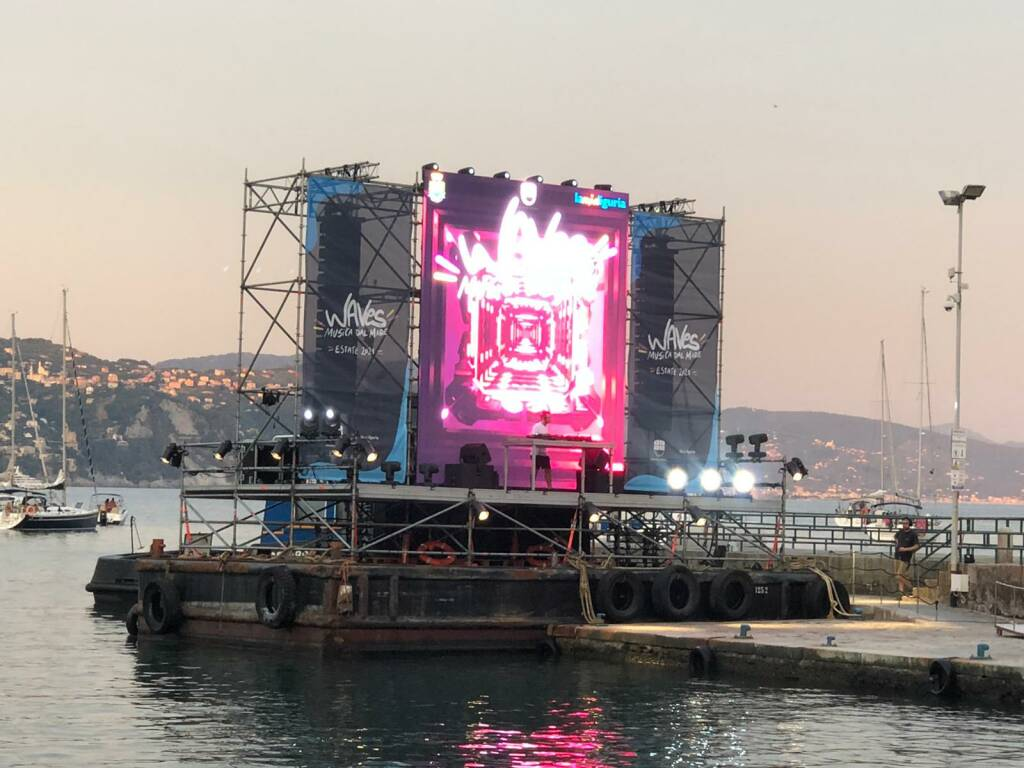 waves musica, disco chiatta a Santa Margherita