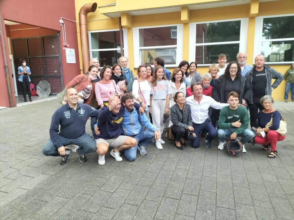 Bogliasco elezioni comunali 2021 gruppo davanti ai seggi