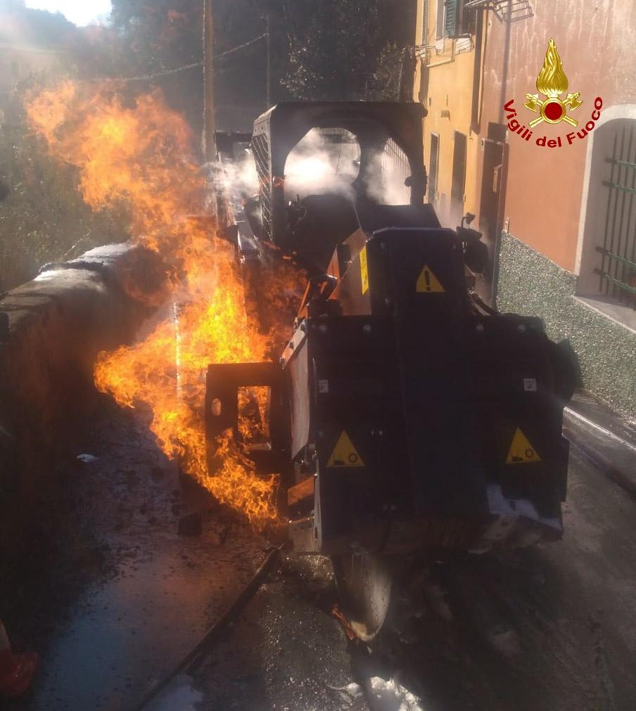 Macchina taglia tubo gas, e provoca incendio che la distrugge