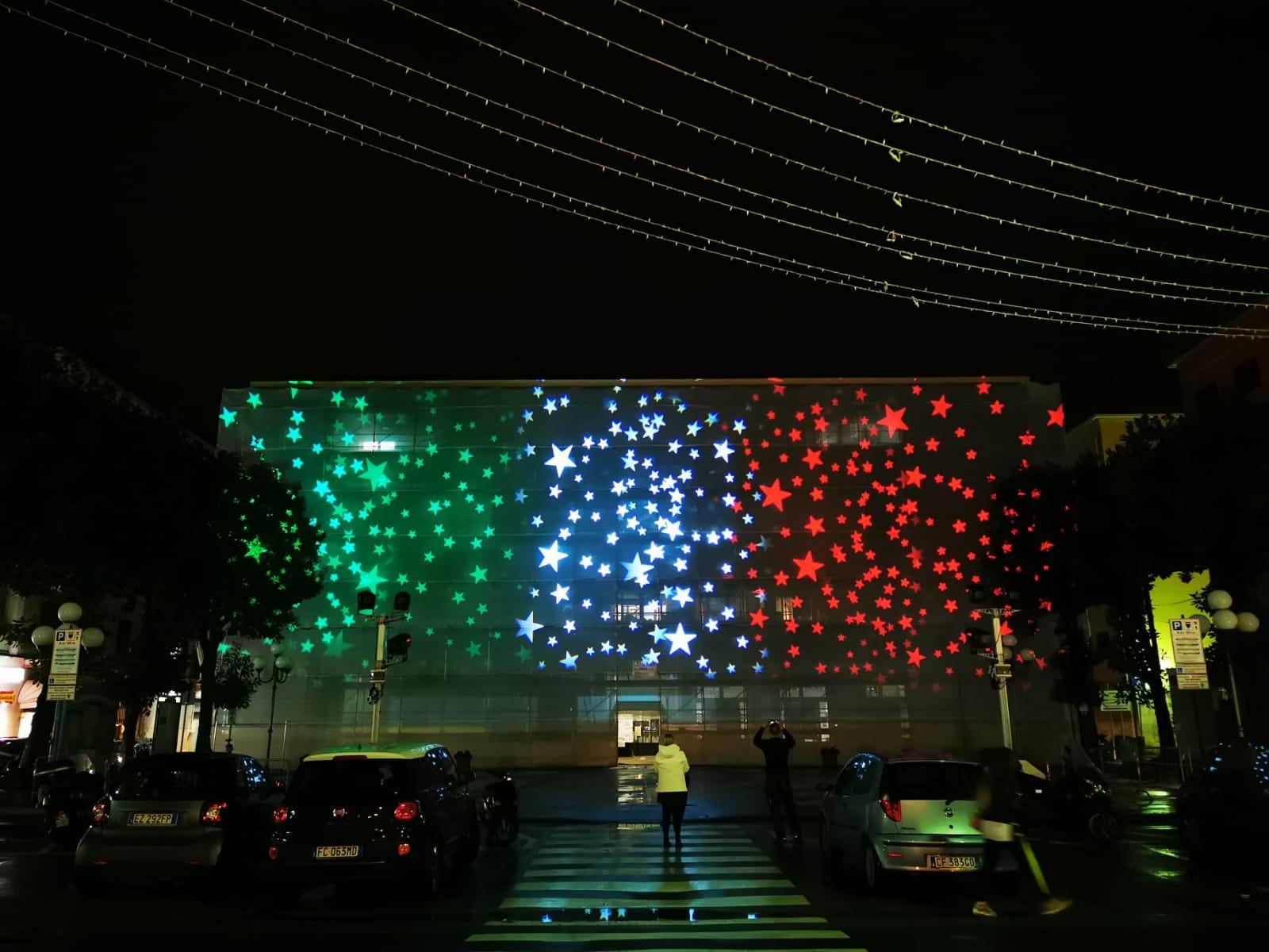 Recco: pioggia di stelle sulla facciata del palazzo comunale