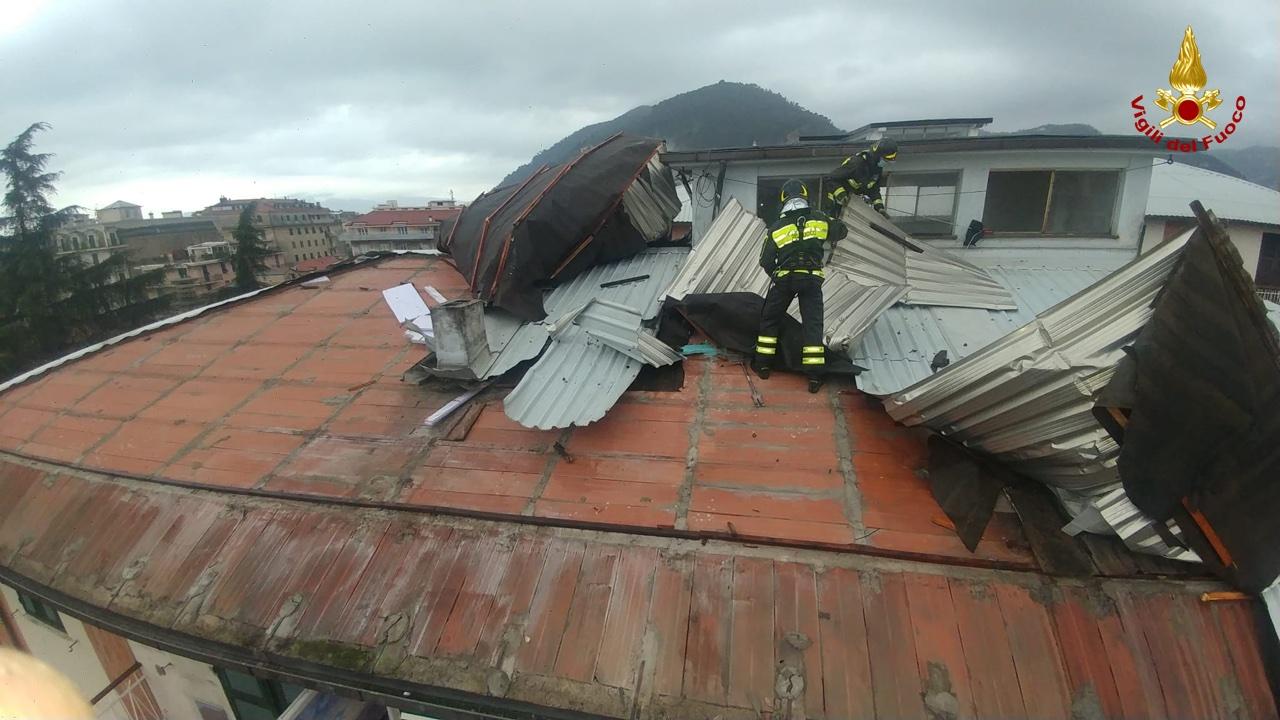 Chiavari: tetto distrutto da tromba d'aria, le immagini (2)