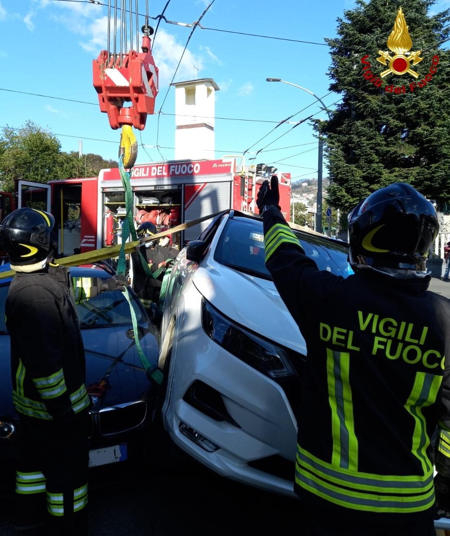 Dopo lo scontro, ruota dell'auto sul cofano dell'altra