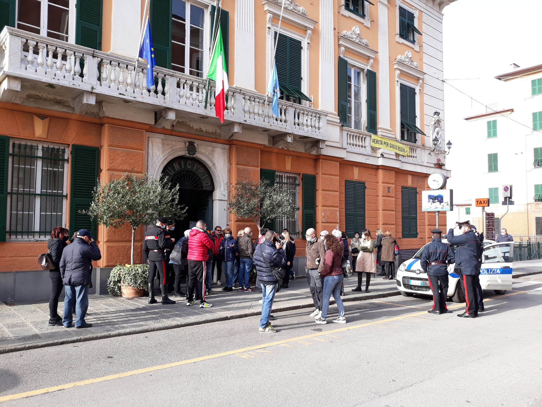 Camogli: presidio sotto il municipio in attesa del sindaco (3)