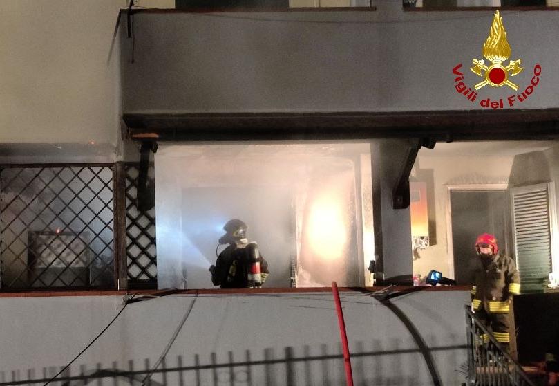 Un morto e due intossicati nell'incendio dell'appartamento