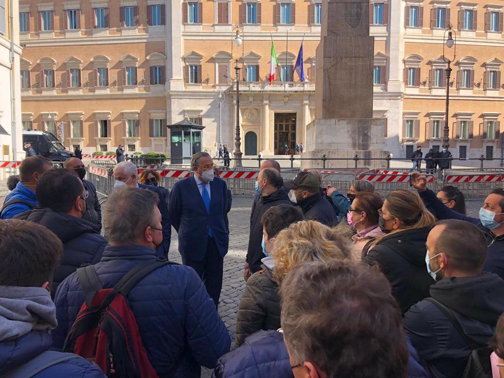 """Ristoratori in piazza: """"Serve calendario riaperture"""""""